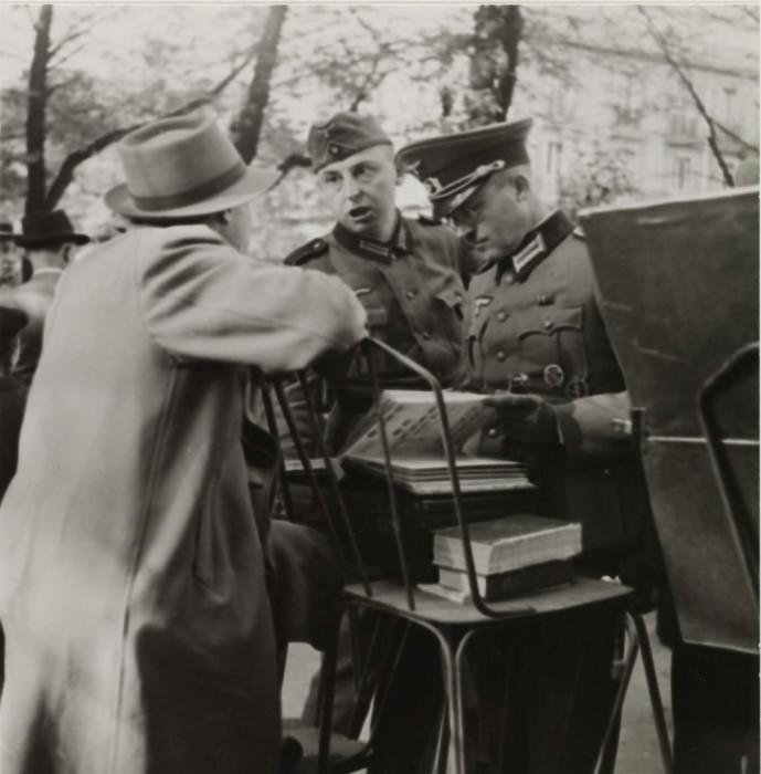 Беседа мужчин на Филателистическом рынке.