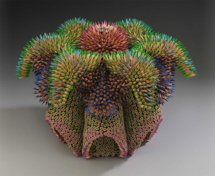Скульптура из острозаточенных цветных карандашей.