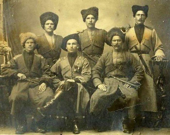 Родину казаков находят и на Северном Кавказе, и в Приазовье, и в Западном Туркестане. Родословную возводят к скифам, к аланам, к черкесам, к хазарам, к готам, к бродникам. Сегодня казаки — полиэтническая общность, но они сами любят настаивать на том, что казаки — отдельный народ.