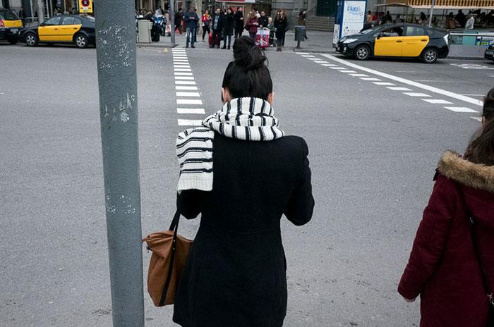 Шарф девушки похож на дорожную зебру.