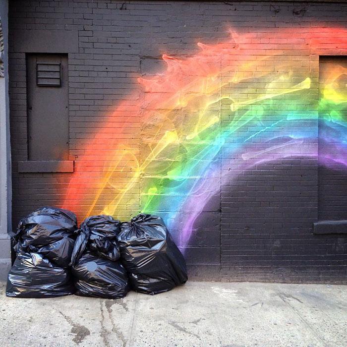Создается впечатление, что радуга светит из пакетов.
