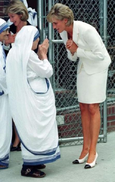 Визит принцессы Дианы к Матери Терезе и миссионеркам ордена милосердия в Бронкс, Нью-Йорк, США, 18 июня 1997 года.