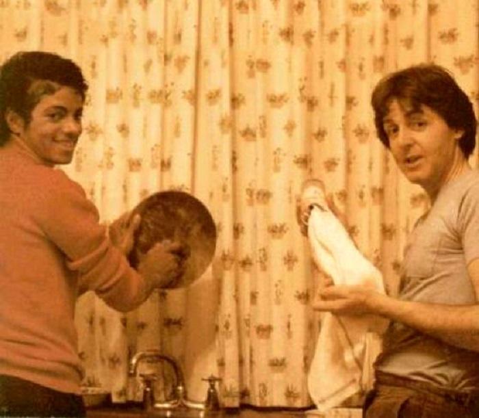 Пол не ожидал, что его будут фотографировать.