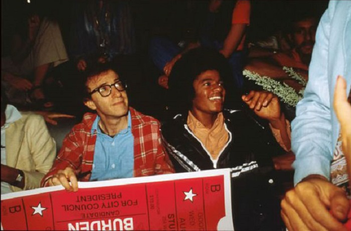 Вуди Аллен и молодой Майкл Джексон сидят вместе на вечеринке, апрель 1977 года.