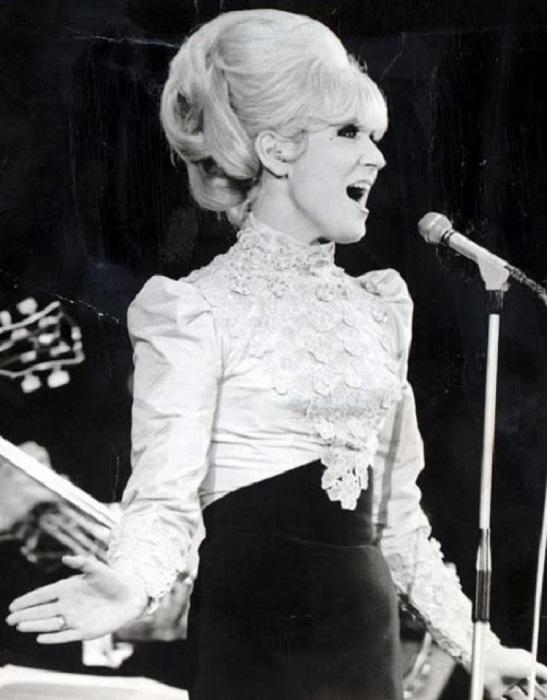 Секрет ее популярности — прекрасный и необычный голос.