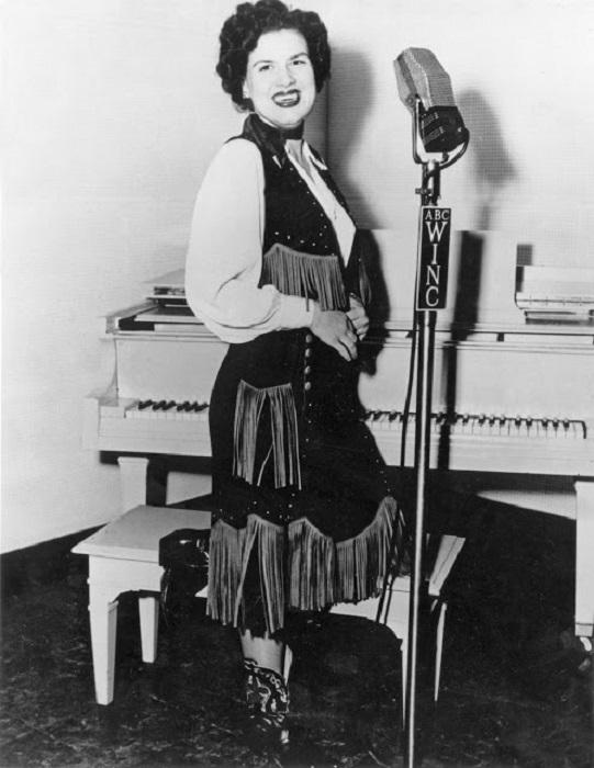 Легендарная исполнительница кантри, за свою недолгую музыкальную карьеру записала более 100 песен.