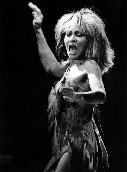 За свой артистизм, темперамент и сценическую экспрессивность она носит титул «Королевы рок-н-ролла».