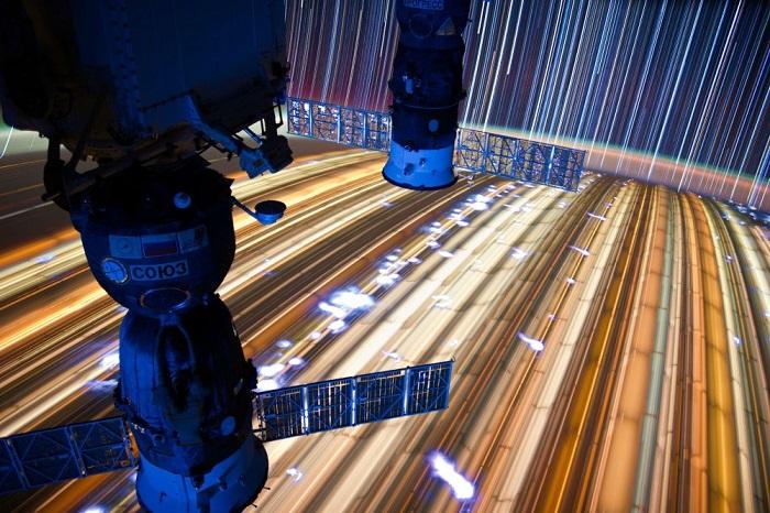 Треки, снятые с выдержкой 10-15 минут с Международной космической станции. Расстояние до Земли - примерно 240 км.