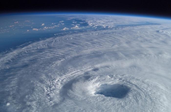 Международная космическая станция наблюдает за  ураганом Даниэль.