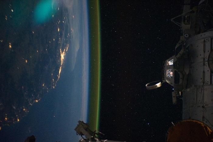 На снимке видно астронавтов в светящемся модуле МКС Купол. Станция пролетает над Брисбеном (Brisbane), Австралия.