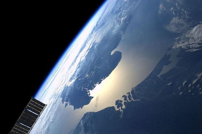 Солнце отражается в Средиземном и Адриатическом морях. Корсика, Сардиния и Италия.