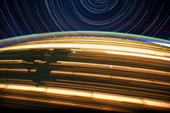 Психоделические световые пятна и линии, радужные разводы и сияющие контуры - это огни больших городов, грозовые молнии в небе, северное сияние, пожары и фейерверки, траектории звезд и другие яркие объекты, снятые на длинной выдержке.