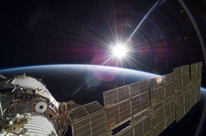 Яркое солнце осветило космическую станцию.