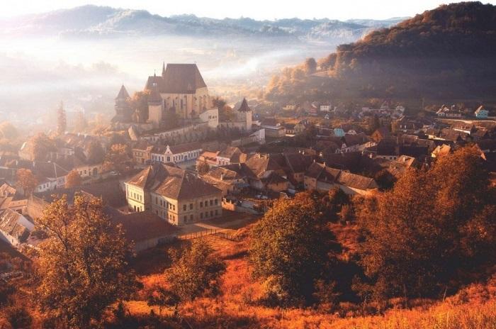 Деревня была построена в Трансильвании саксонскими поселенцами, направляющимися на запад из священной Римской империи еще в XII столетии. Фотограф: Nicu Hoandra.