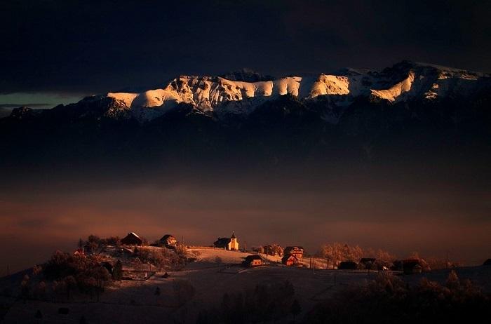 Горный массив Бучеджи в лучах заката. Фотограф: Dumitru Doru.