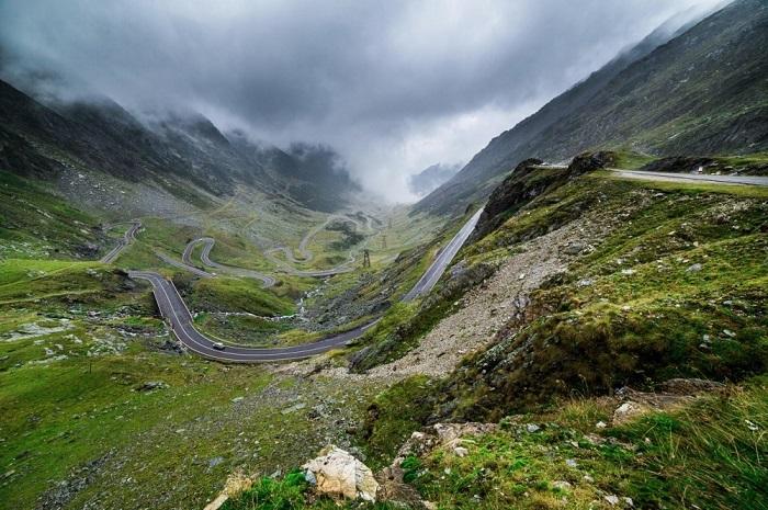 Горное шоссе в Карпатах, соединяющее румынские области Валахию и Трансильванию, и проходящее через горный массив Фэгэраш. Фотограф: Ben Taylor.