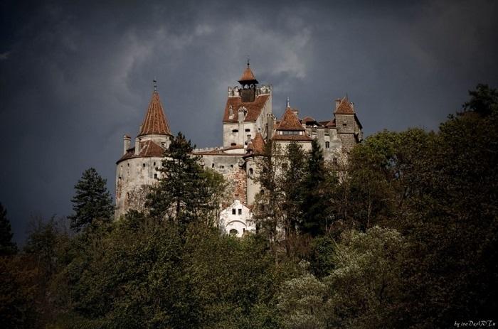 Замок расположен в одноимённом городке среди холмов центральной Румынии, на границе Трансильвании и Мунтении. Фотограф: ivo deart.