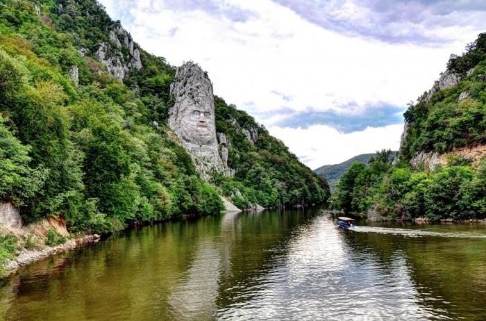 Наибольшая в Европе скульптура, высеченная в скале. Фотограф: Luis Salha.