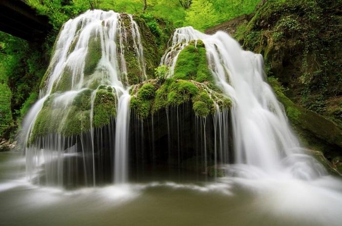 В водопад вода впадает из реки Минис и падает с 8 метровой высоты по стене из мха. Фотограф: Sebastian Puraci.