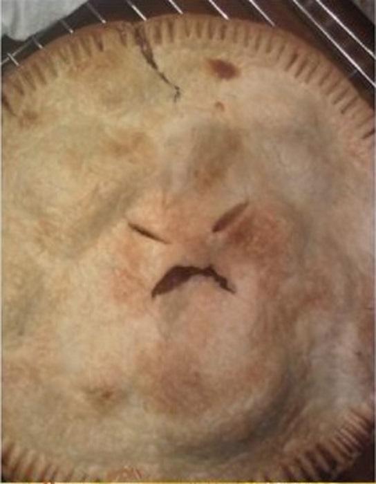 Пирог с человеческим лицом.