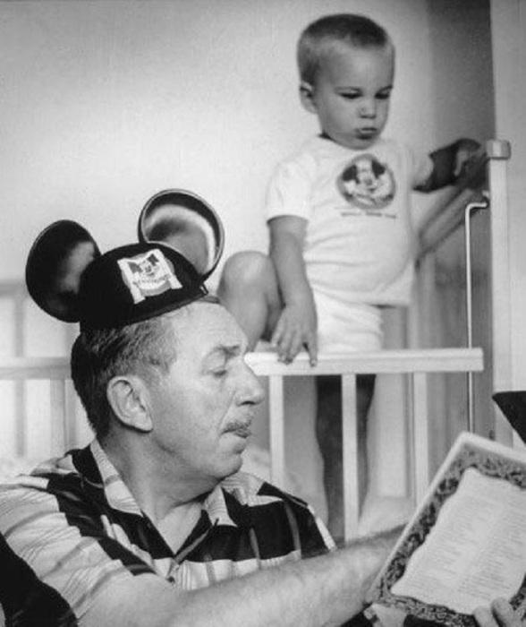 Уолт Дисней читает своему внуку сказку на ночь, 1955 год.