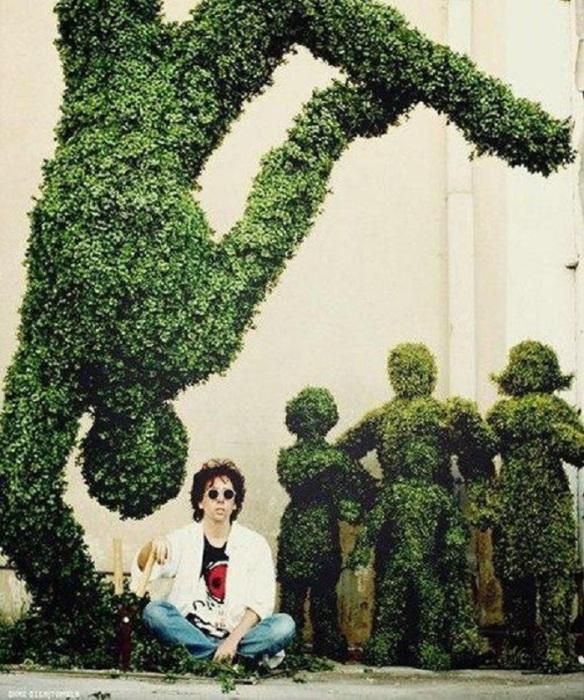 Тим Бёртон на съемочной площадке фильма «Эдвард руки-ножницы», 1990 год.