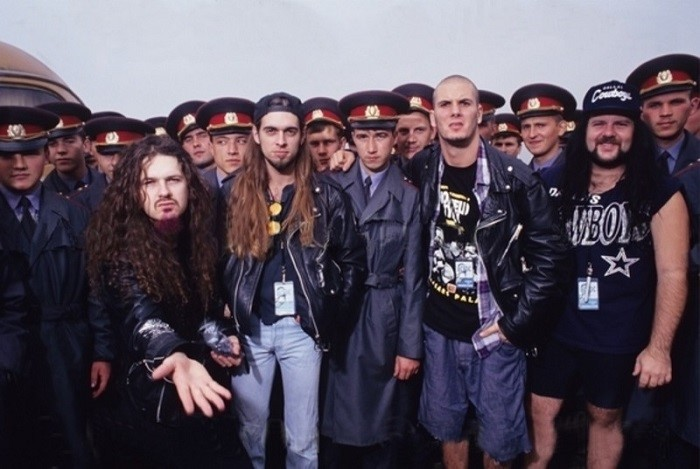 Группа в окружении милиции на фестивале Monsters Of Rock, Тушино, 1991 год.