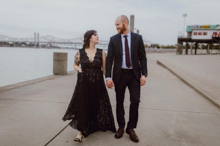 Нежное и элегантное темное кружевное платье