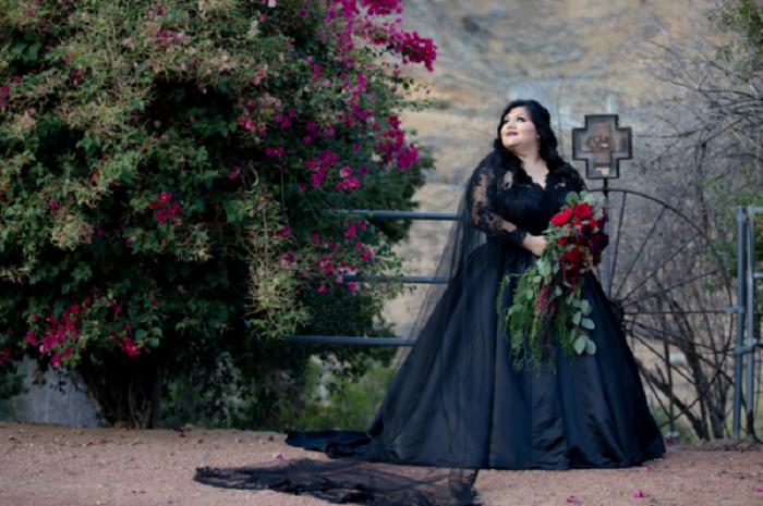 Шикарное черное платье с кружевными рукавами и пышной юбкой