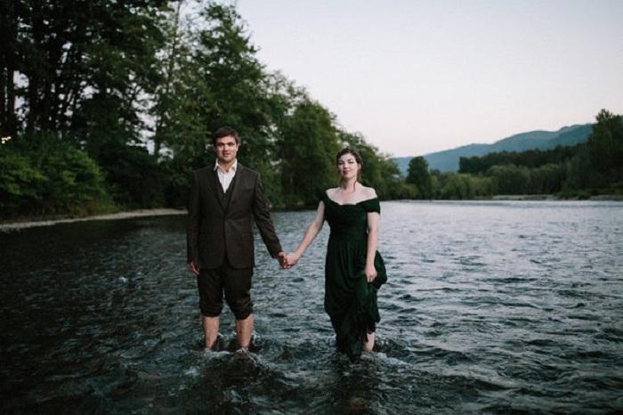 Романтичное платье цвета темного мха с открытой линией плеча