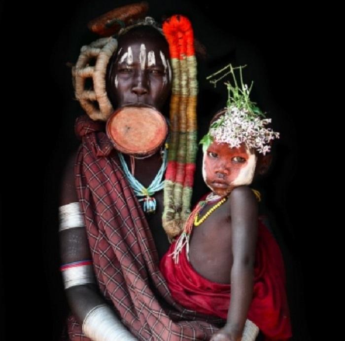 Женщины племени мурси носят на губе тарелку.