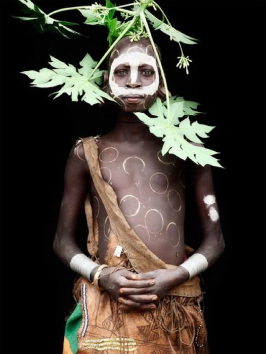 Племя, тело которых разукрашено большими белыми кругами.