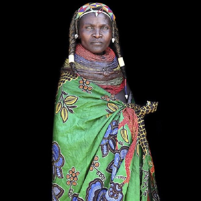 Женщина в традиционной одежде.