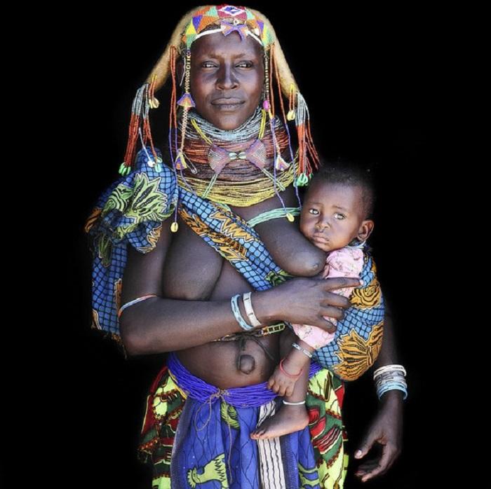 Связь между детьми и женщинами в племени очень сильная.