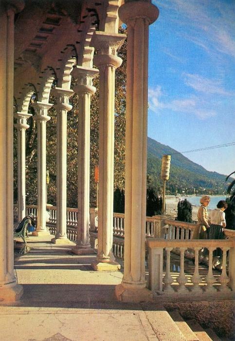 Колоннада в Гагре по праву считается одной из визитных карточек не только города Гагра, но и всей Абхазии.