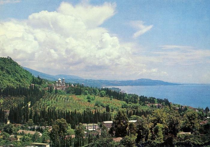 Очень красивый старинный курорт размещается в небольшой уютной бухте на побережье Черного моря.