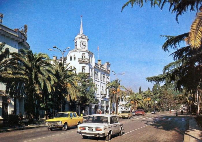 Центральная улица столицы Абхазии, города с древней историей, который расположен на берегу Черного моря и тихой Сухумской бухты.
