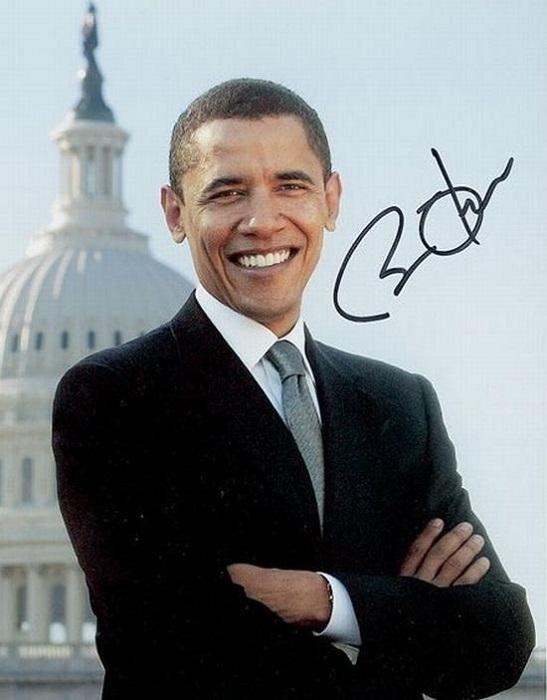Не смотря на то, что 44-й президент Соединенных штатов Америки - левша, в его подписи буквы слегка наклонены в правую сторону.