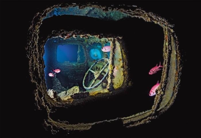 Автомобиль на затонувшем судне в одной из бухт на входе в Суэцкий залив.
