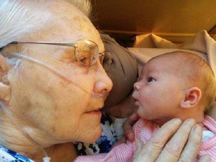 «Моя 92-летняя бабушка встретилась с моей 2-дневной дочкой».