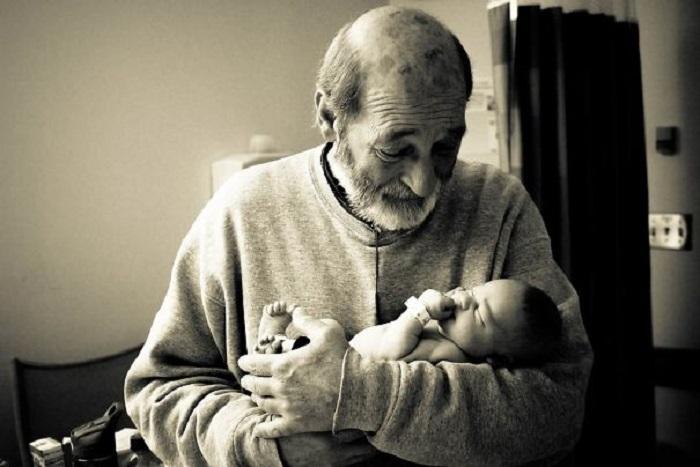 Дед встречает внука в первый раз.