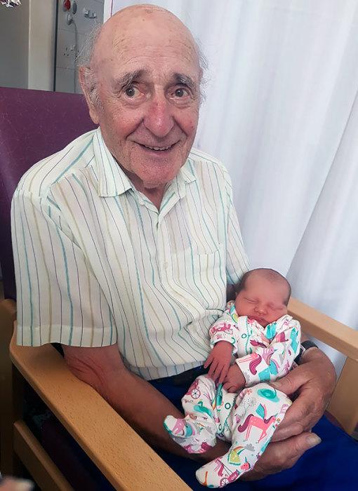 «Мой 87-летний дедушка очень рад, что смог увидеть свою правнучку».