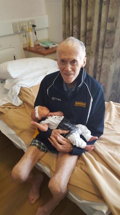 «Мой 93-летний прадедушка с моей 2-недельной дочкой на руках»