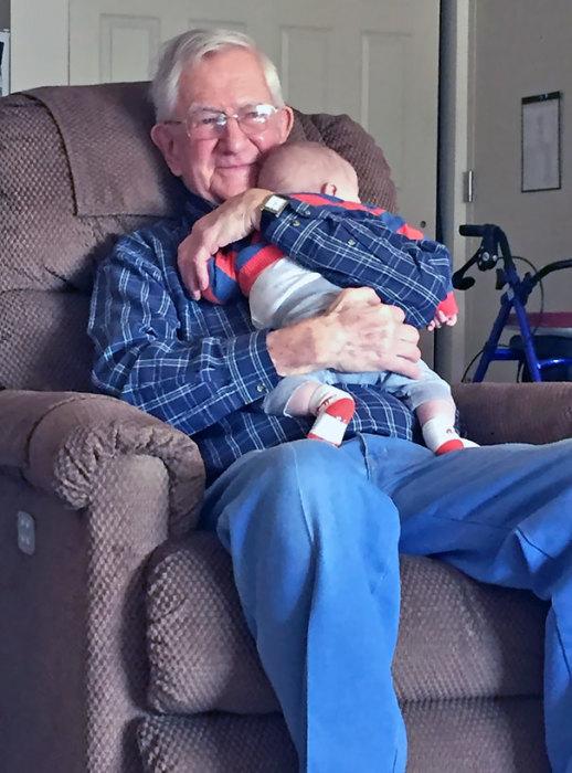 «Снимок моего счастливого деда, запечатлевший первую встречу с правнуком».