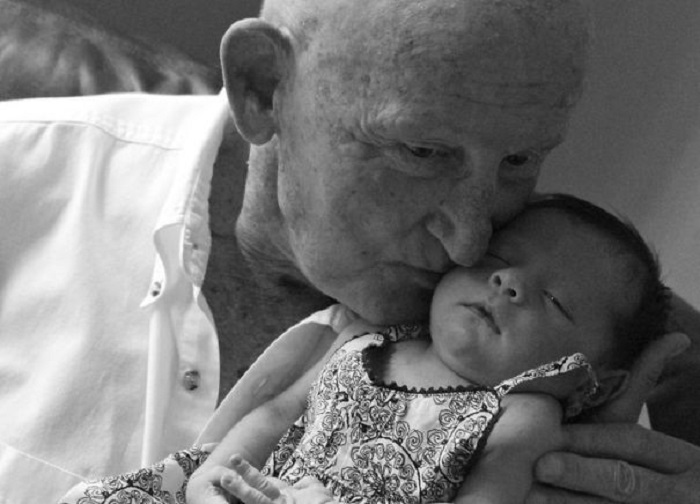 «Запечатлела момент, когда мой дедушка впервые взял на руки свою правнучку».
