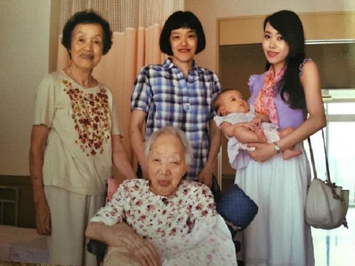 «Моя дочь в возрасте 3,5 месяцев, я, моя мама, бабушка и 100-летняя прабабушка».