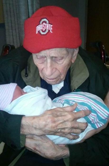 «Мой 100-летний дедушка со своим 1-дневным правнуком».