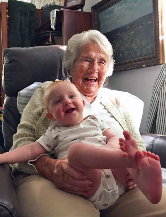 «Моя 96-летняя бабушка впервые встретилась с правнучкой, даже не могу сказать, кто из них выглядит счастливее».