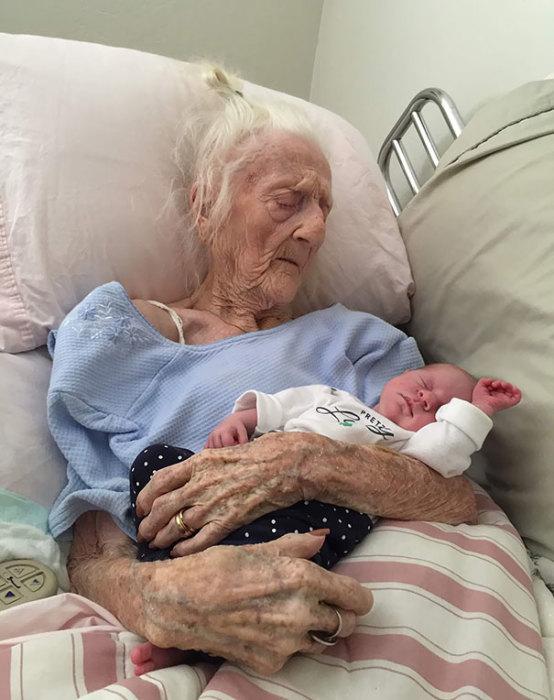 101-летняя прабабушка держит малыша, которому всего лишь 13 дней от рождения.