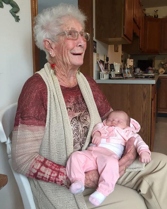 «Сегодня моя 2-недельная племянница впервые встретилась со своей прапрабабушкой».